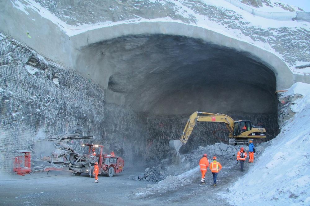 Schwere Maschinen und Bagger an einem Felsdurchgang an der Bergstation des Eigerexpress'