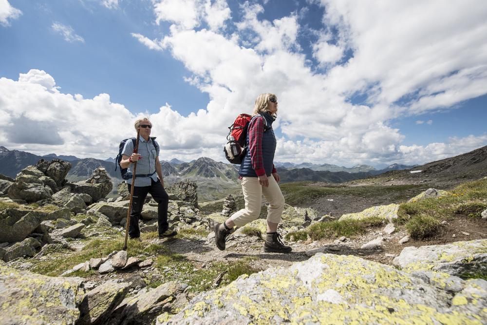 Paar beim Wandern in Davos