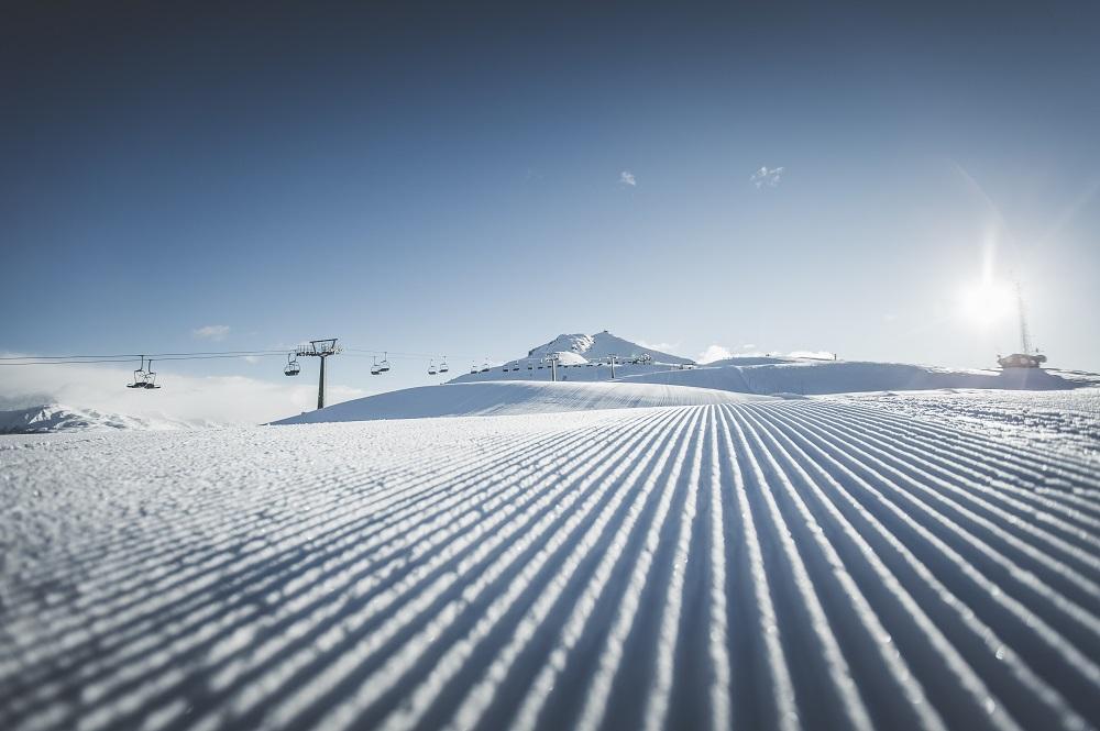 Präparierte Piste am Hahnspiel parallel zum 3er-Sessellift Hahn im Skigebiet Drei Zinnen Dolomiten