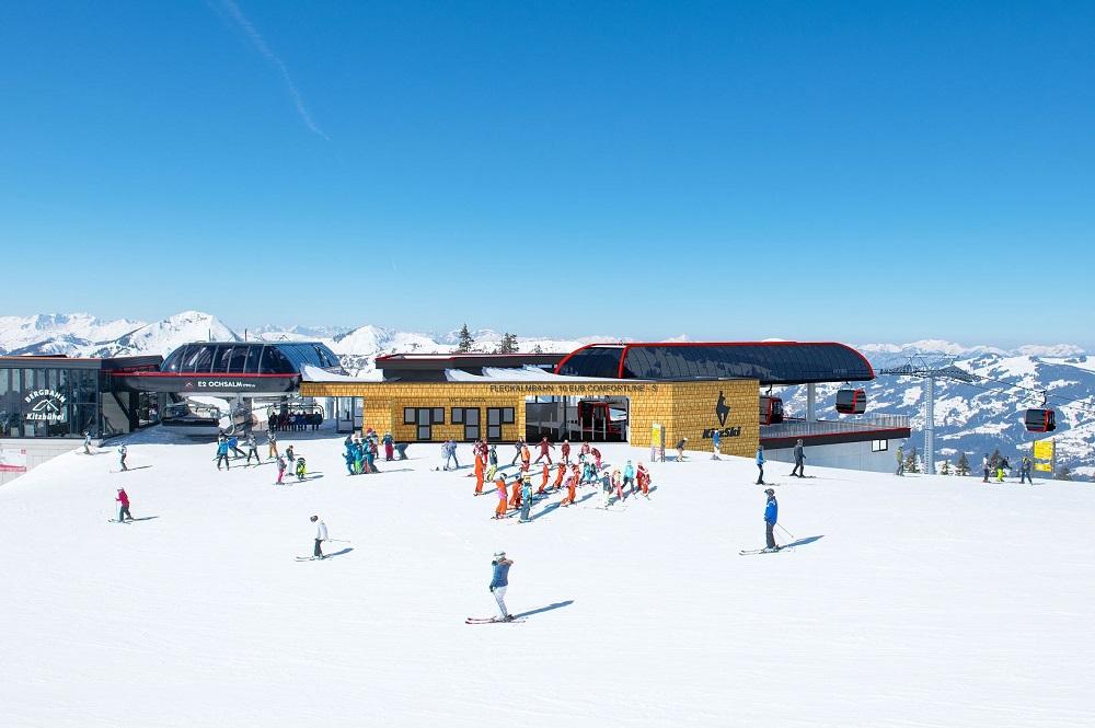 Visualisierte Bergstation der 10er-Gondelbahn Fleckalmbahn und die bereits bestehende Bergstation des 8er-Sessellifts Ochsalm im Skigebiet Kitzbühel