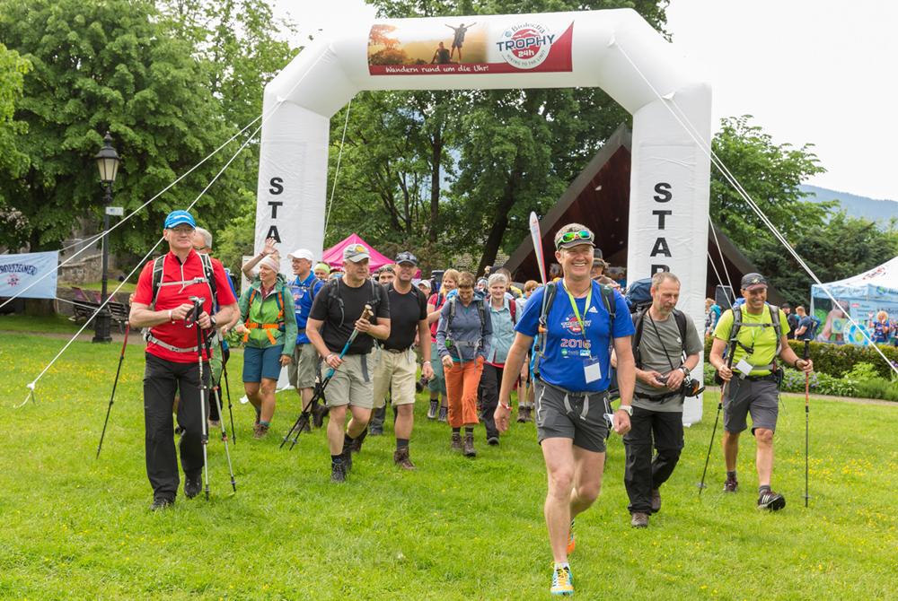 Wanderer beim Start der 24h Trophy