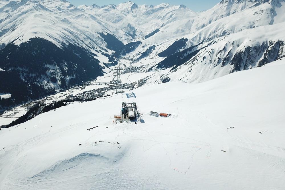 Bergstation der neuen Pendelbahn mit Blick auf das Dorf Sedrun