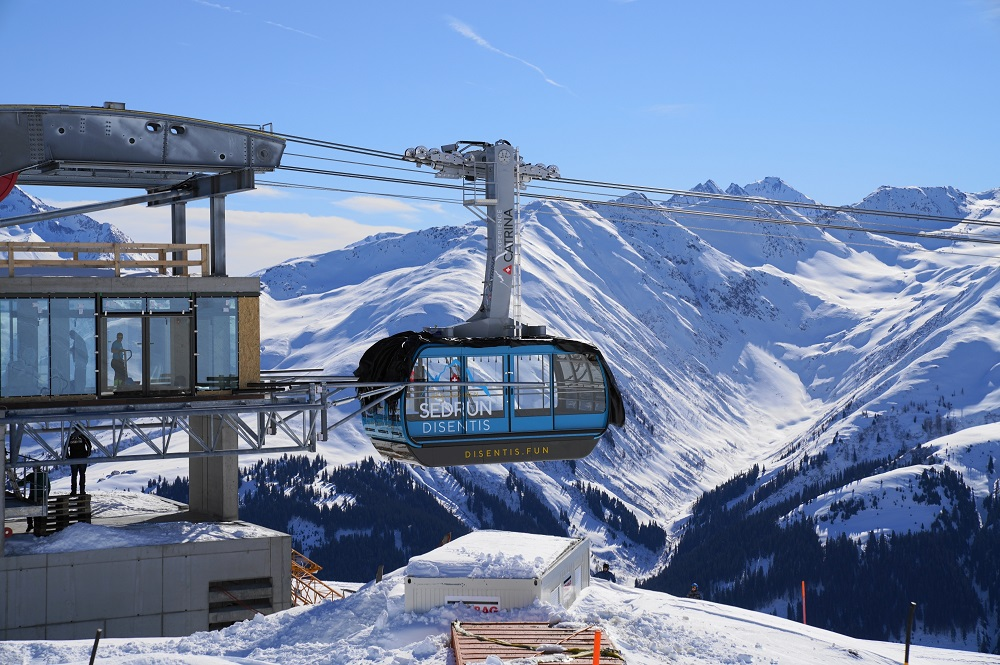 Großkabinengondel der neuen Pendelbahn im Skigebiet Disentis