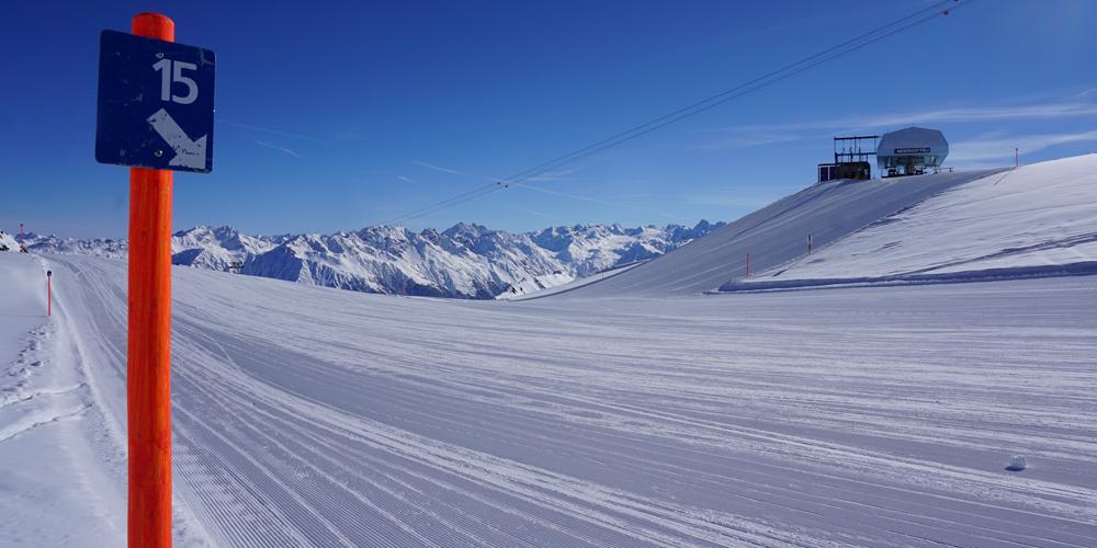 Beschilderung einer blauen Piste im Skigebiet