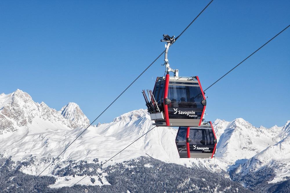 10er-Gondel der baugleichen 10er-Gondelbahn Panorama Tigignas-Somtgant im Skigebiet Savognin
