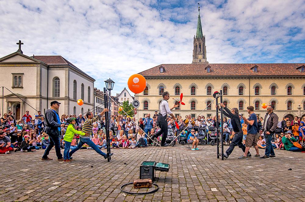Kleinkünstler auf dem Buskers-Festival Aufgetischt in der St. Galler Altstadt