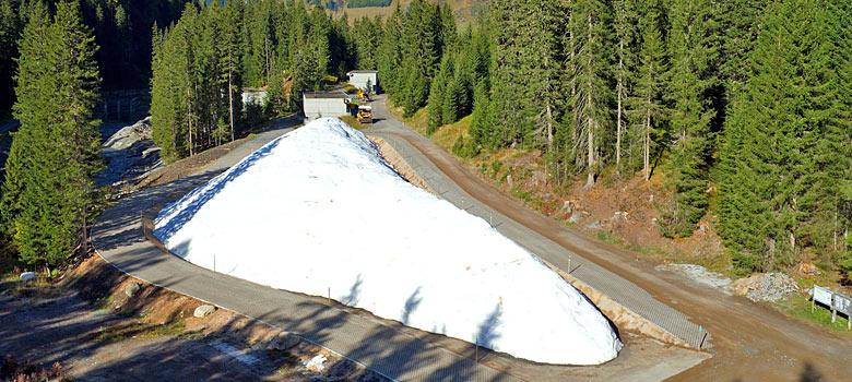 Abgedecktes Schneedepot in Davos