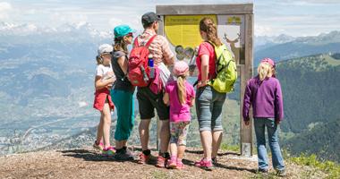 Familie auf dem Panorama-Wanderweg in Nendaz
