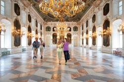 Besucher im Riesensaal der Kaiserlichen Hofburg