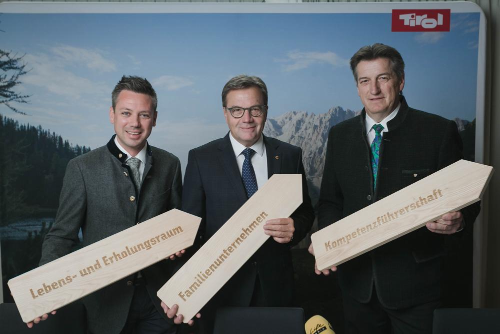 Geschäftsführer der Tirol Werbung (Mitte) bei der Präsentation des Berichts