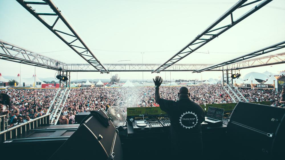 DJ auf der Bühne beim Echelon in Bad Aibling
