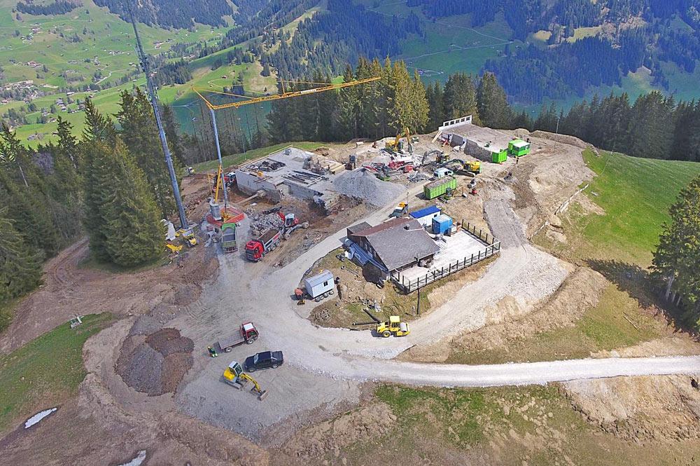 Luftaufnahme der Baustelle an der Bergstation Eggli in Gstaad