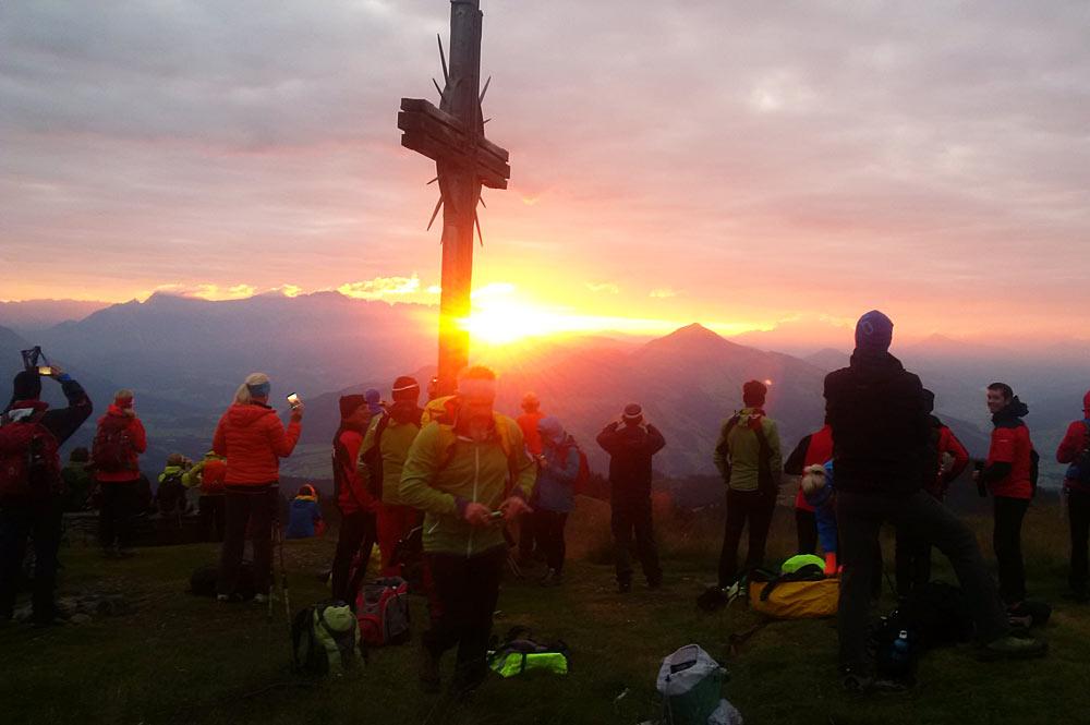 Wandergruppe erlebt den Sonnenaufgang bei der kitzalp24