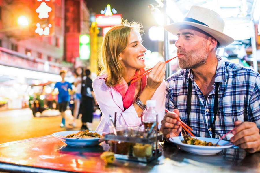 Paar beim Essen im Urlaub