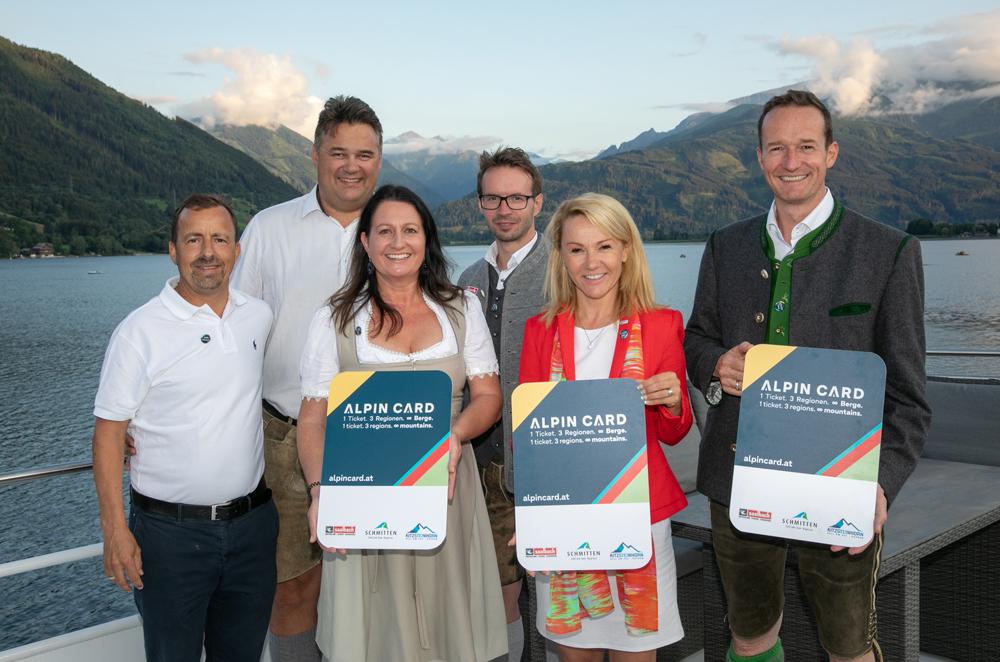 Touristiker präsentieren die Alpin Card auf dem Zeller See