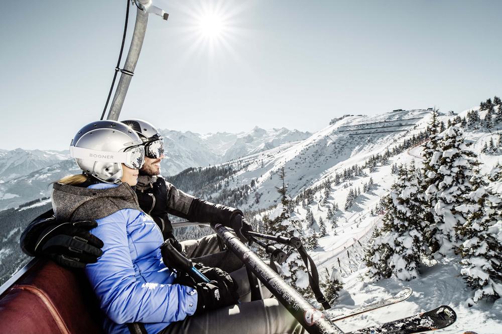 Skifahrer in einem Sessellift auf der Schmittenhöhe