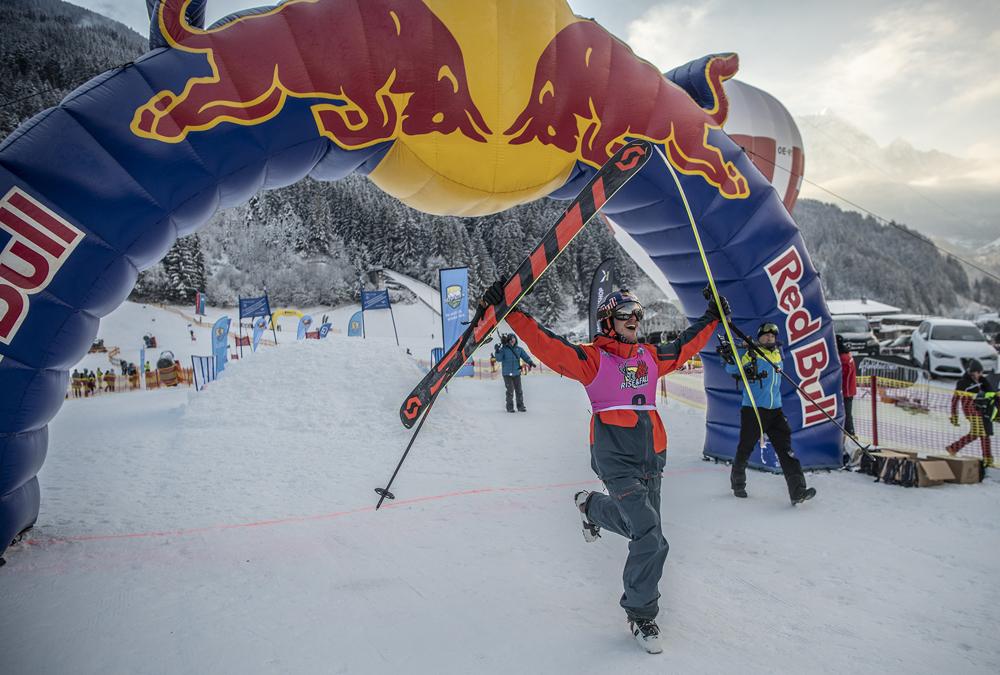 Skifahrer beim Zieleinlauf beim Rise&Fall in Mayrhofen