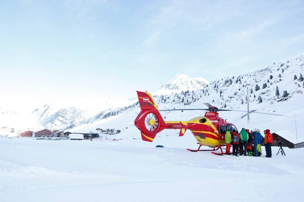 Hubschrauber bei einer Rettungsübung in Lech Zürs