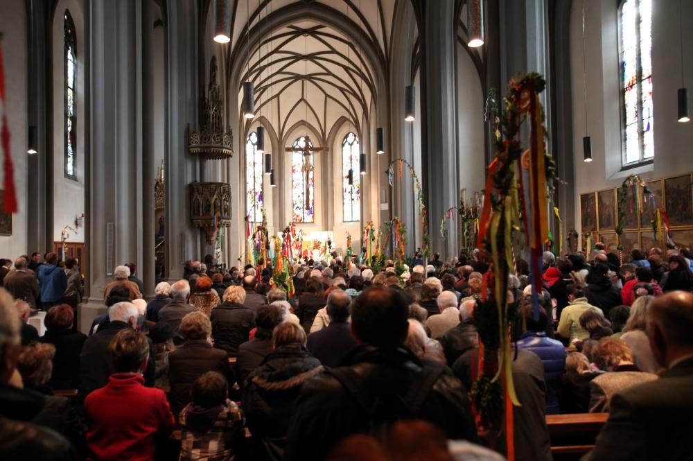 Gottesdienst in einer Kirche an Ostern in der Region Imst