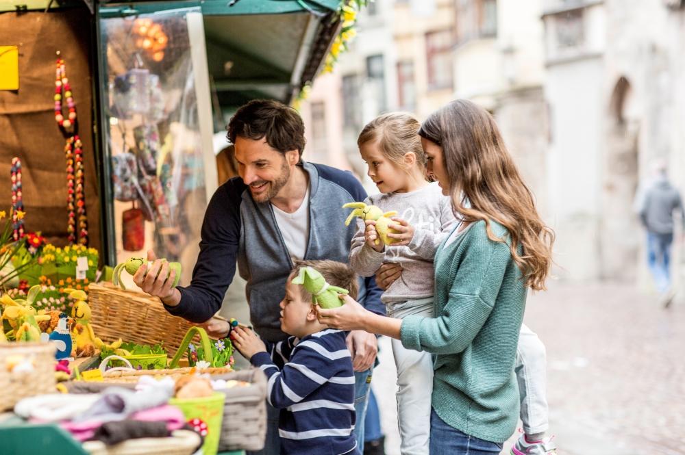 Familie vor einem Verkaufsstand auf dem Ostermarkt in Innsbruck
