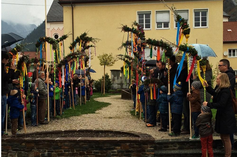Familien vor einer Kirche mit verschiedenen Ostersträuchern