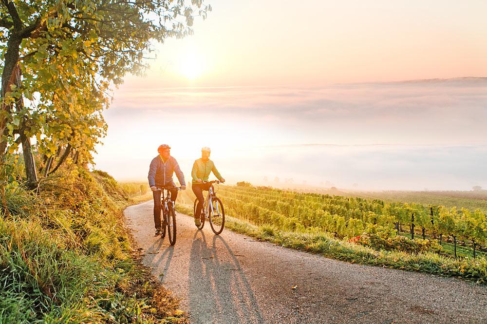 Paar beim Radfahren im niederösterreichischen Traisental