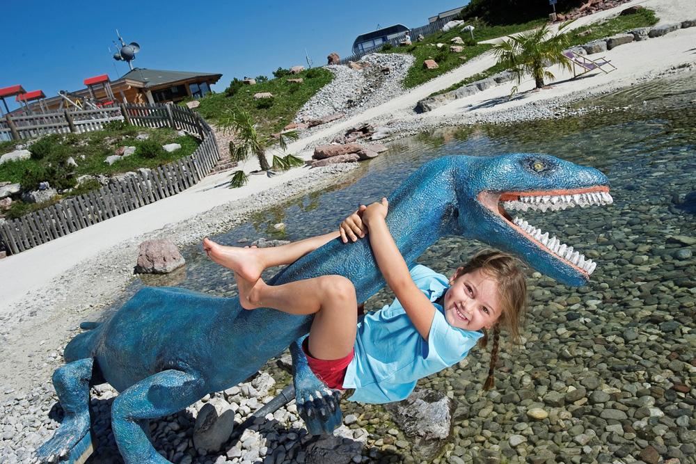Mädchen mit Dinosaurier im Triassic Park Steinplatte