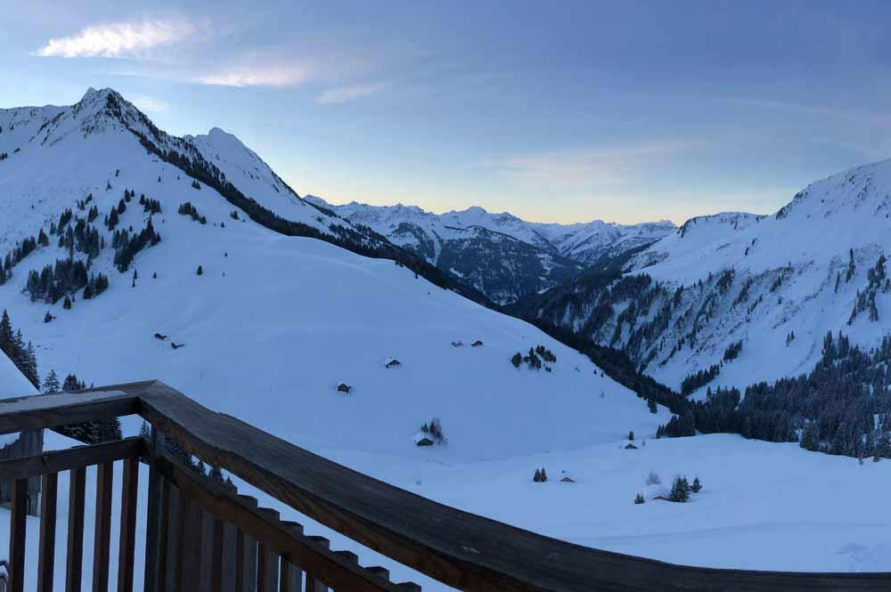 Blick auf die verschneiten Berge in damüls