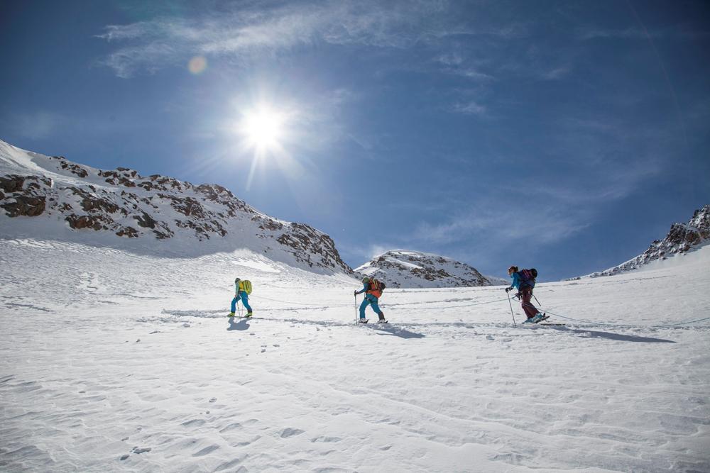 Frauen bei einer Skitour im Women's Camp