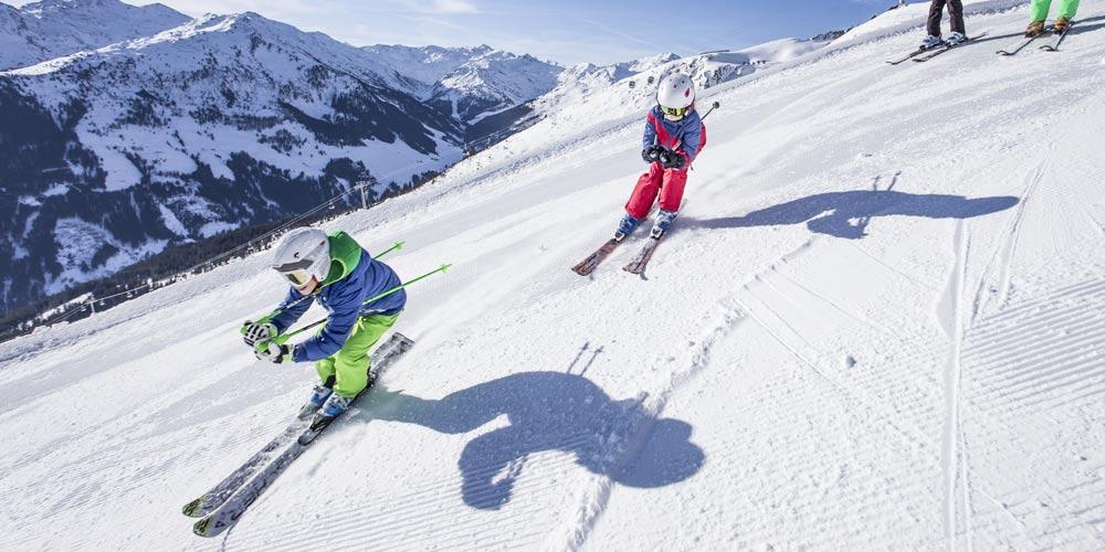 Kinder beim Skifahren in der Ferienregion Fügen-Kaltenbach im Zillertal