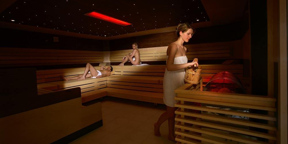 Besucher in der Sauna in der Erlebnistherme Zillertal