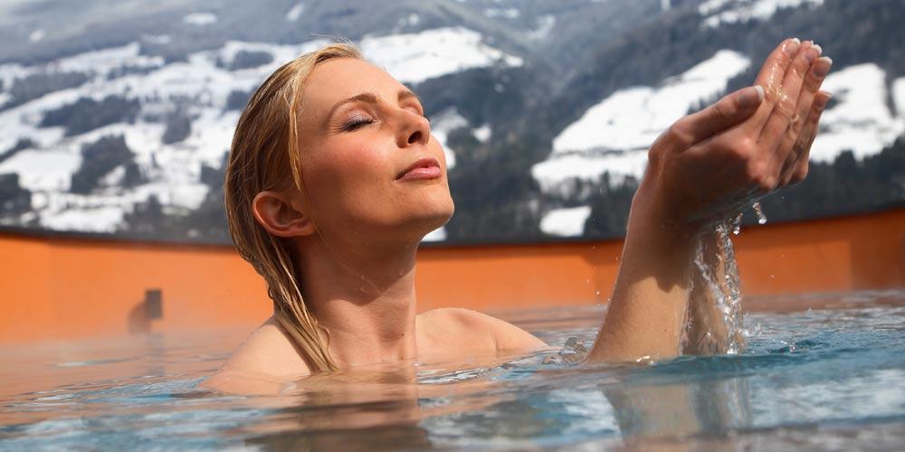 Frau im Pool im Saunabereich der Therme Zillertal