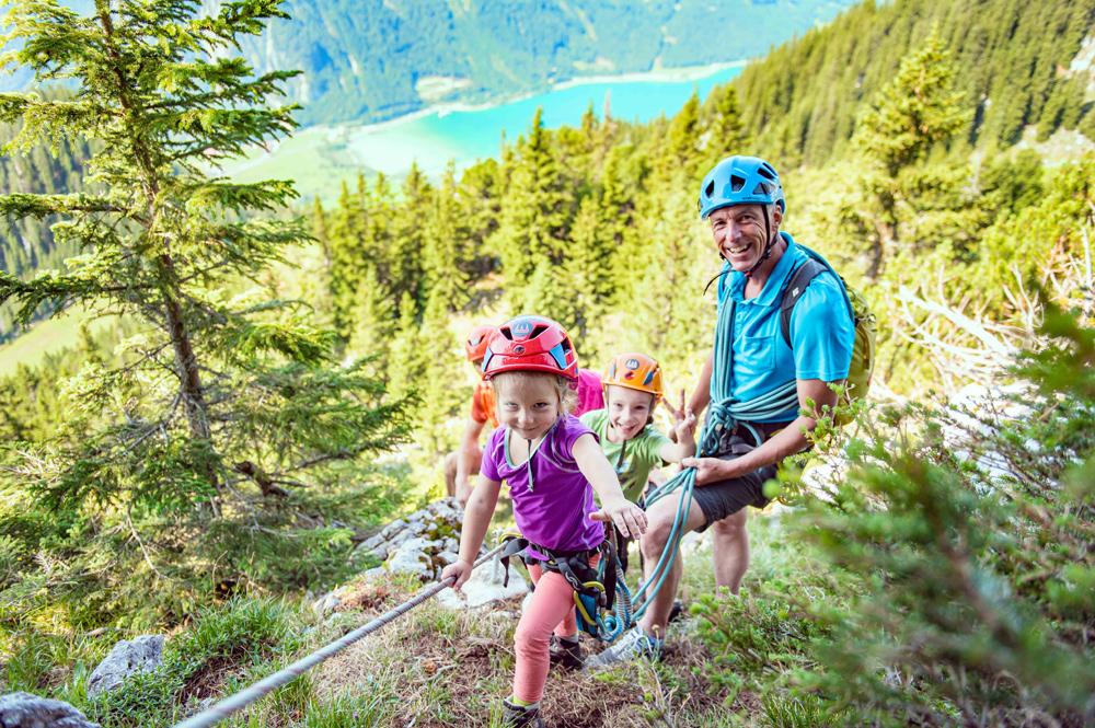 Kinder auf dem Felix und Charlotte-Familienklettersteig am Achensee