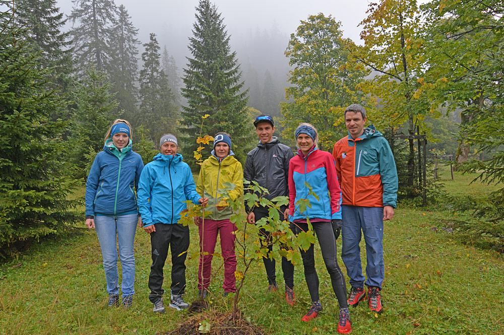 Sieger und Veranstalter des Karwendelmarschs pflanzen Ahornbäume am Ahornboden