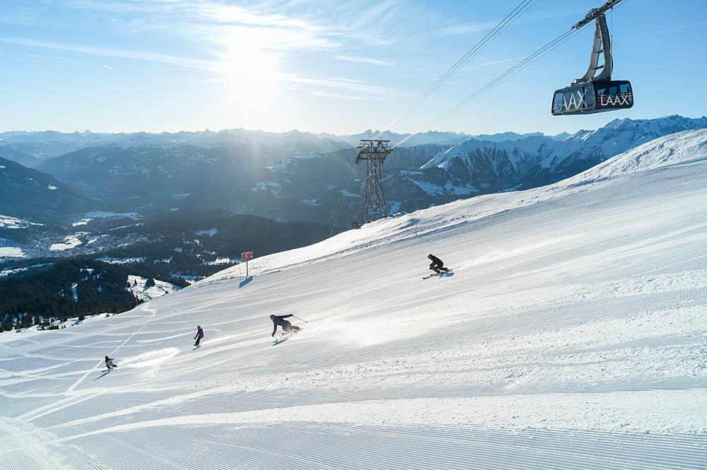Skifahrer auf einer Piste in Laax