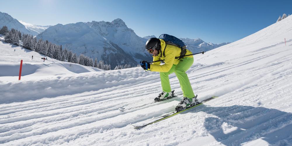 Skifahrer auf der Speedstrecke am Heuberg