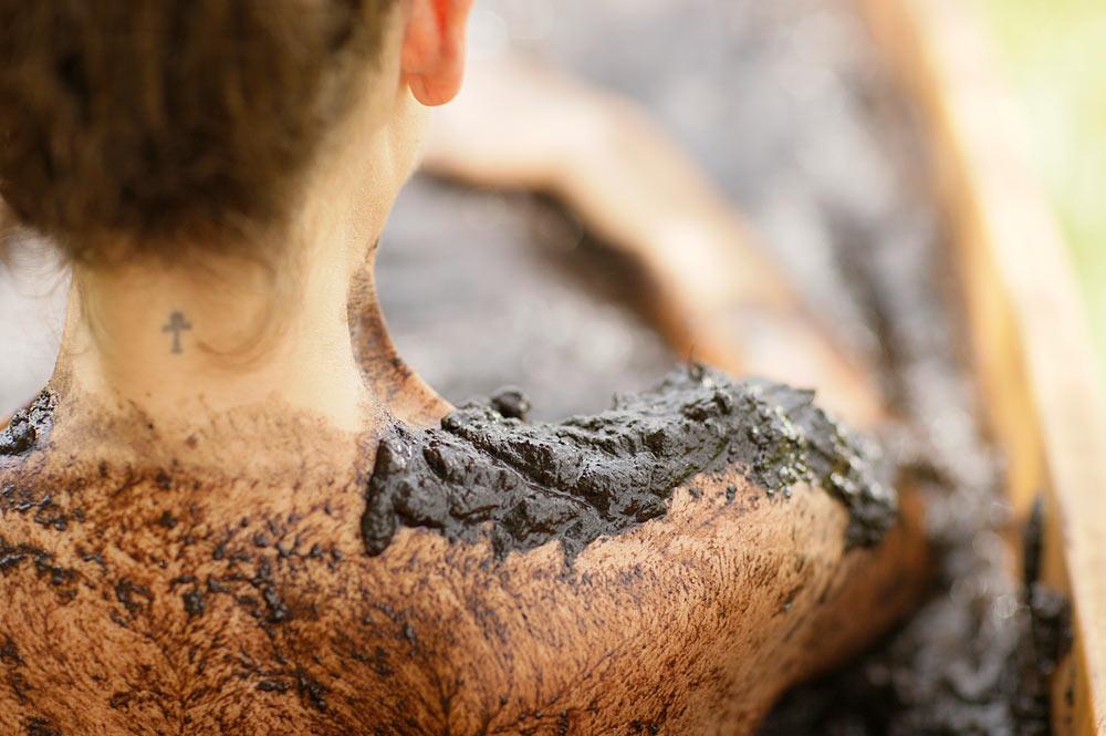 Frau genießt ein Moorbad in Bad Aibing