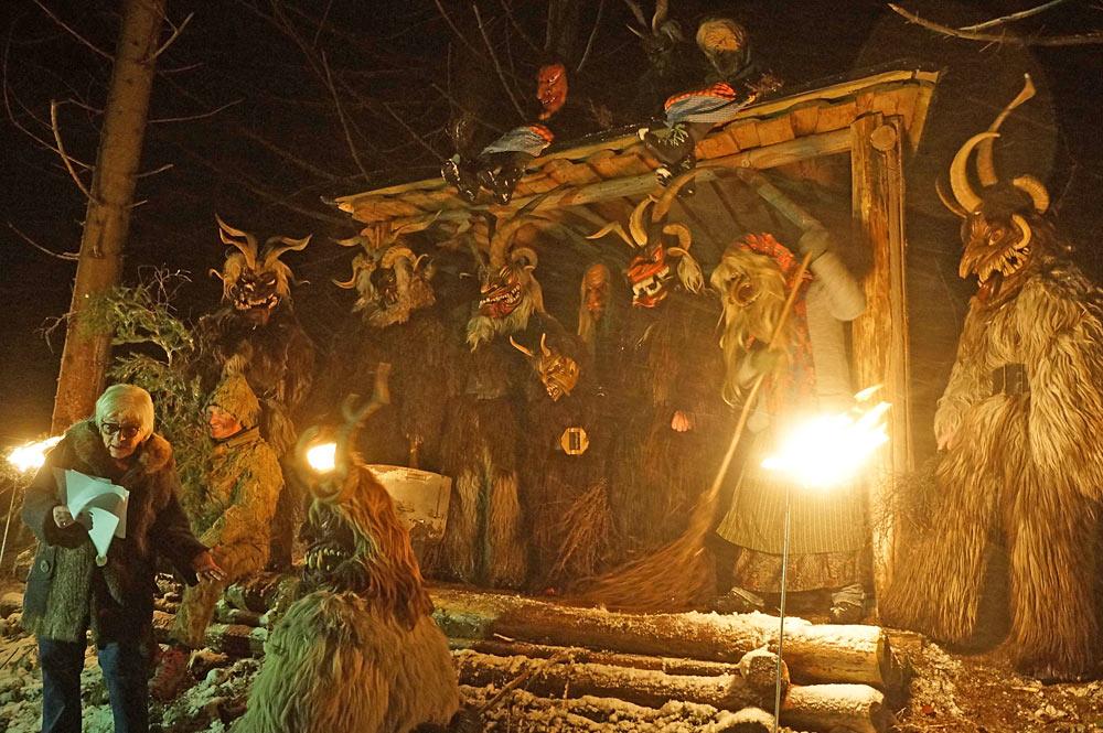 Figuren des Goldegger Perchtenlaufs bei der Goldegger Heilige Nacht