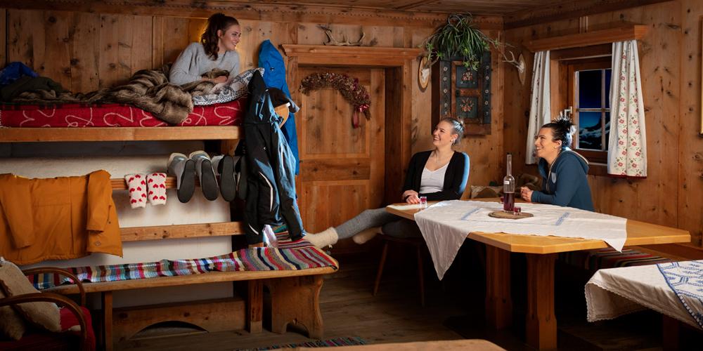 Raum in einer Almlies-Hütte in den Bergen