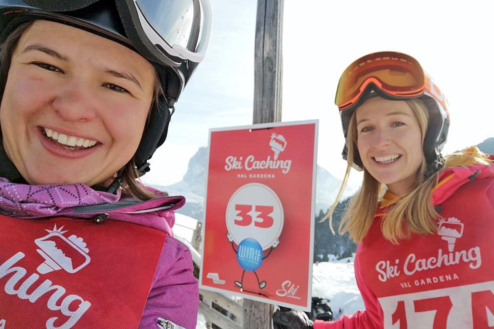 Ein Ski-Caching-Zweierteam nimmt ein Selfie auf im Skigebiet Gröden/Seiser Alm