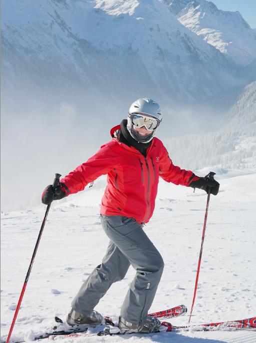 Eine Skifahrerin im modernen Look auf der Piste