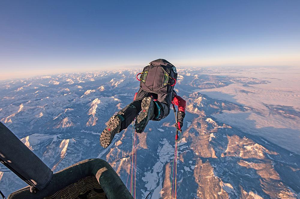 Mike Küng bei seinem Weltrekord-Sprung aus dem Heißluftballon über dem Achensee