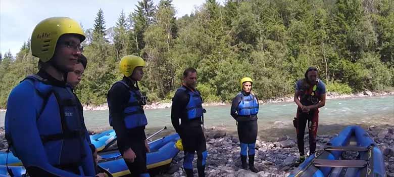 Einweisung einer Raftinggruppe