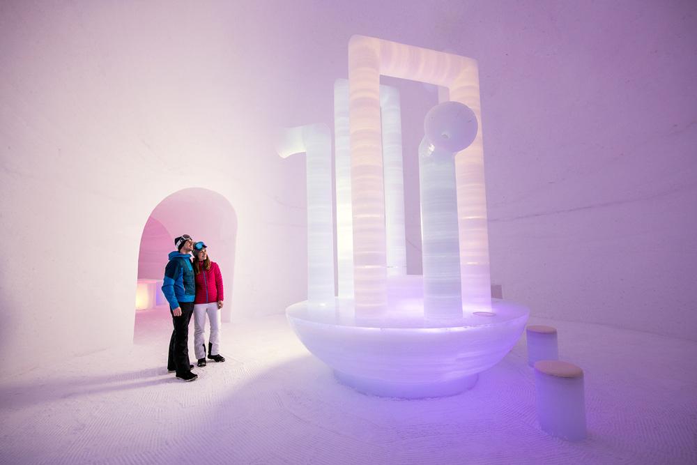 Paar beim Besuch eines Iglus am Kitzsteinhorn