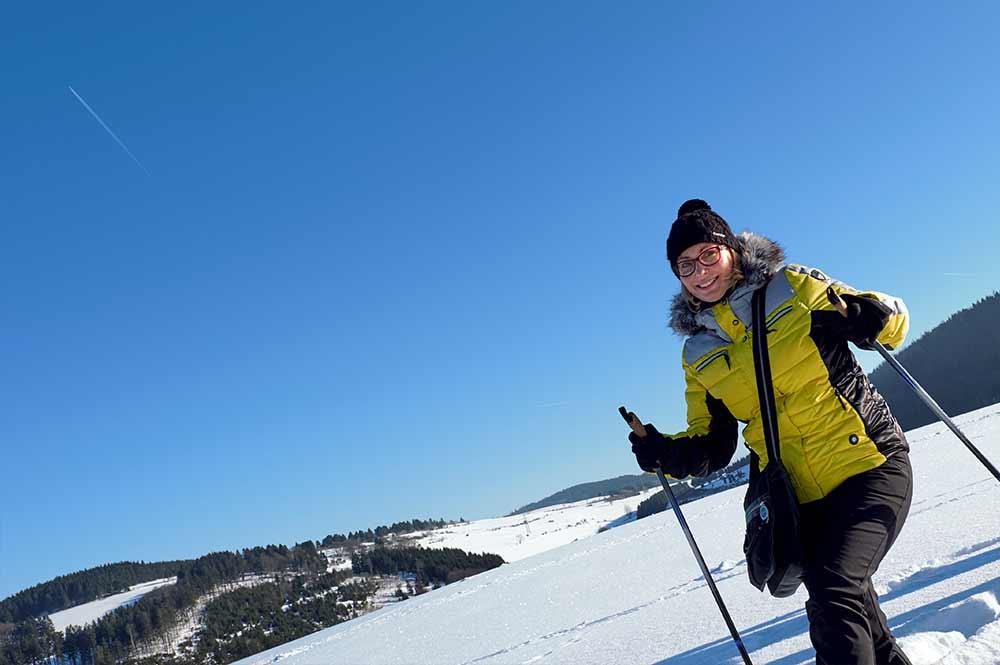 Frau beim Winterwandern in der Schneelandschaft