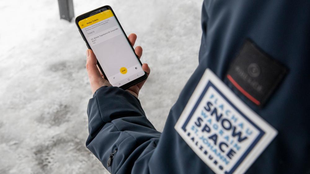Smartphone mit der Skipass-App