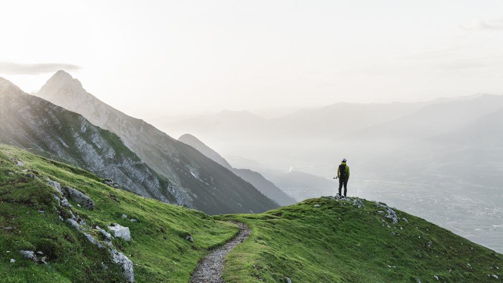 Wanderer auf dem Adlerweg über Innsbruck