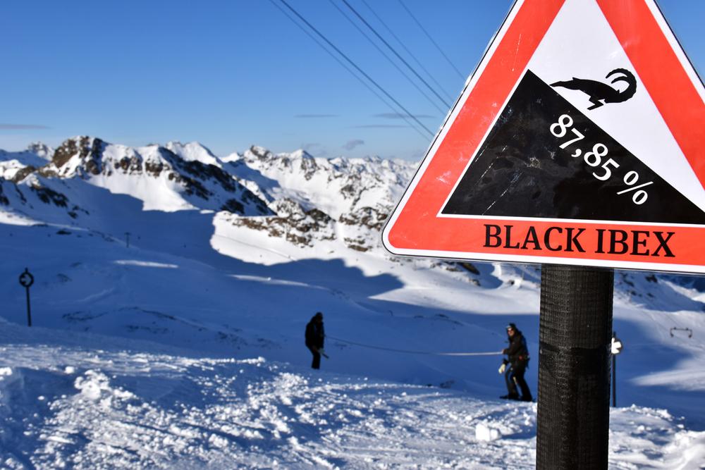 Schild der Piste Black Ibex am Kaunertaler Gletscher