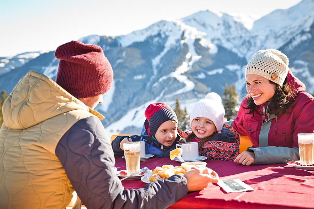 Familie auf einer Hütte im Skicircus Saalbach Hinterglemm Leogang Fieberbrunn