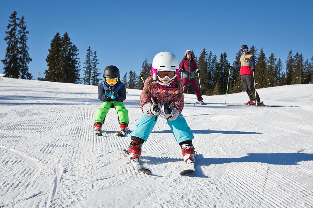 Familie beim Skifahren im Skicircus Saalbach Hinterglemm Leogang Fieberbrunn
